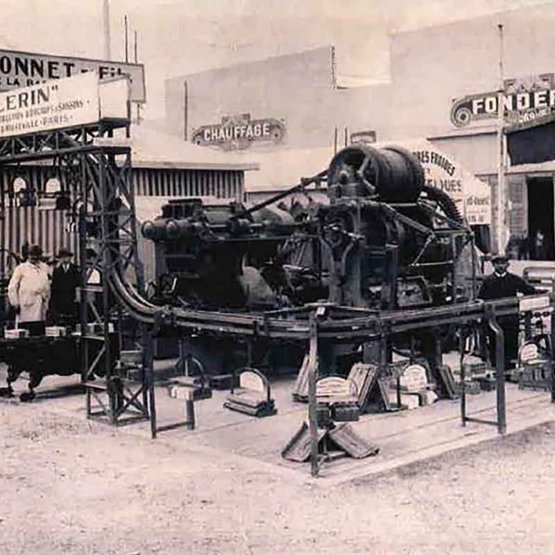 1922 : Exposition d'une mouleuse PELERIN